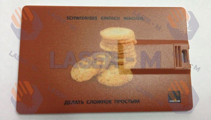 Гравировка на пластиковой визитке для флешке