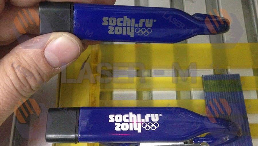 Гравировка Sochi на синей флешке