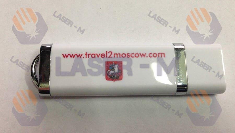 Гравировка travel2moscow на белой флешке