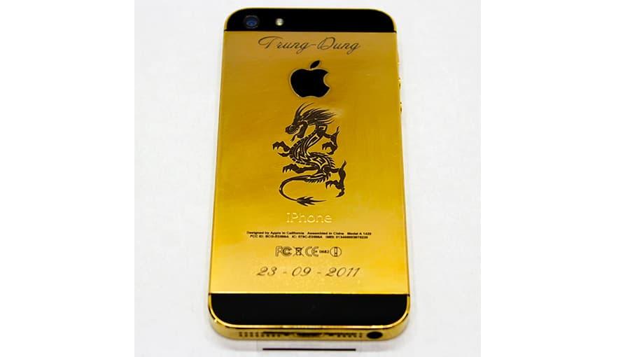 Гравировка на задней крышке  золотистого Айфона