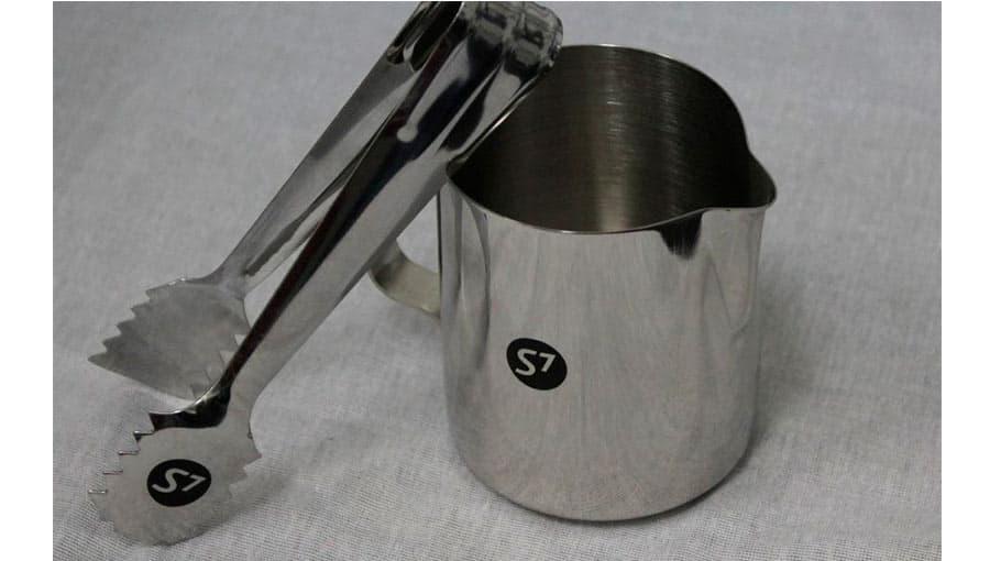 Лазерная гравировка на сувенирных чашках и щипцах
